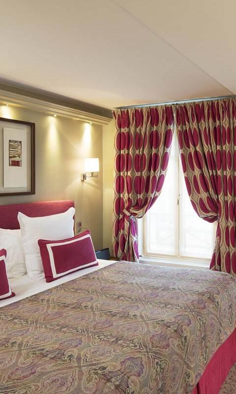 Comfortable double bed hotel paris 1