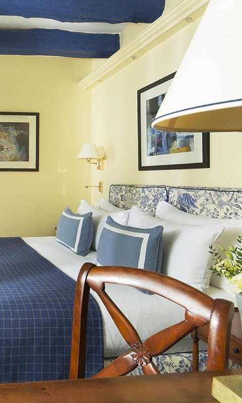 Comfortable cozy bed hotel paris 1