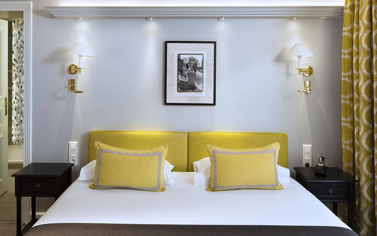 Comfortable double bed hotel rue saint honore