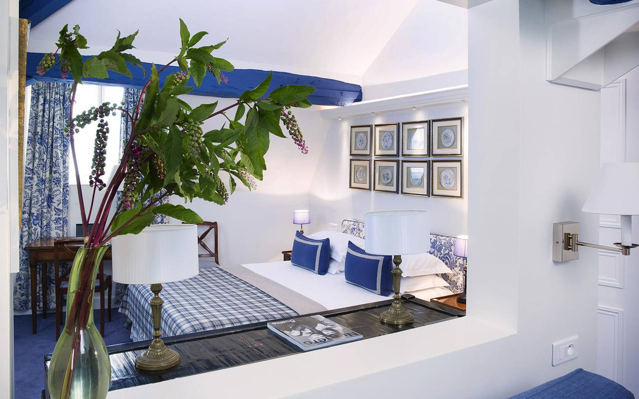 Luxurious and spacious room hotel rue saint honore