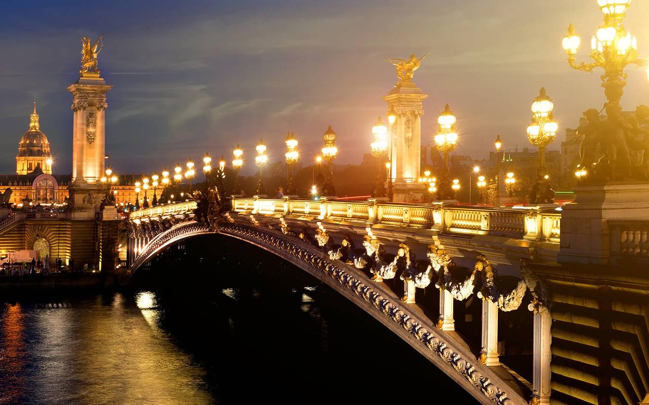 Illuminated bridge hotel paris 1er
