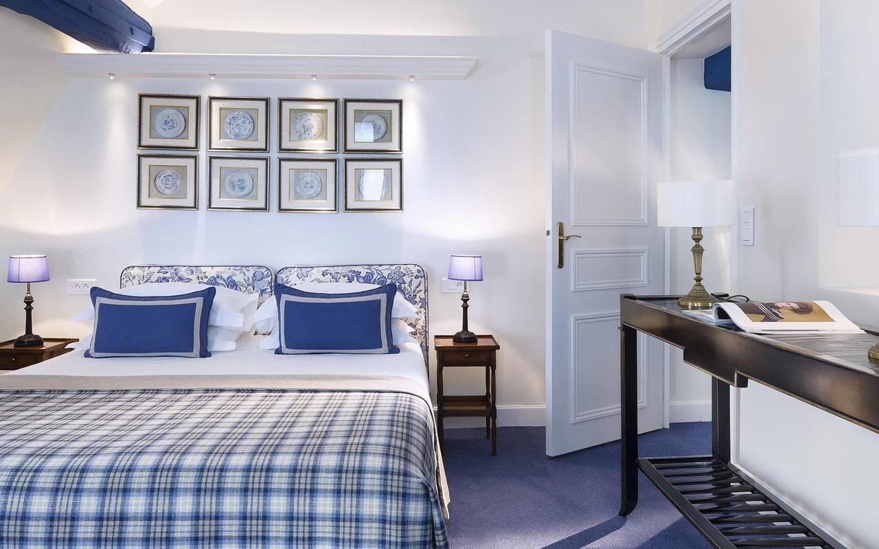 Chambre bleue et blanche hotel rue saint honore